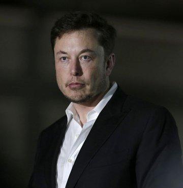 Kripto para dünyasında eşantiyon dolandırıcılığını yeni aracı Tesla ve SpaceX şirketlerinin patronu Elon Musk oldu. Siber dolandırıcılar,Elon Musk'ın adı kullanılarak 2 milyon dolarlık bitcoin vurgunu yaptı. Peki ünlü kişilerin isimlerinin kullanıldığı bu kripto para eşantiyon dolandırıcılığı nedir? Bu tuzağa düşmemek için nelere dikkat edilmeli?