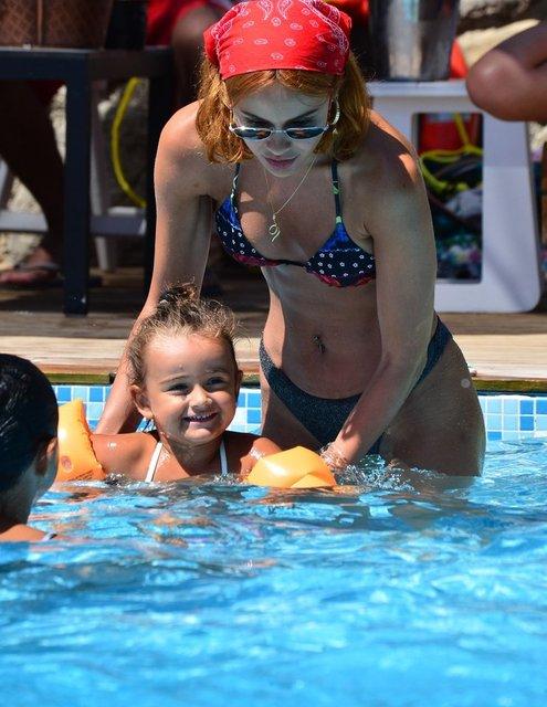Zeynep Demirel kızlarıyla eğlendi - Magazin haberleri