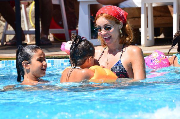 Kızlarıyla eğlendi