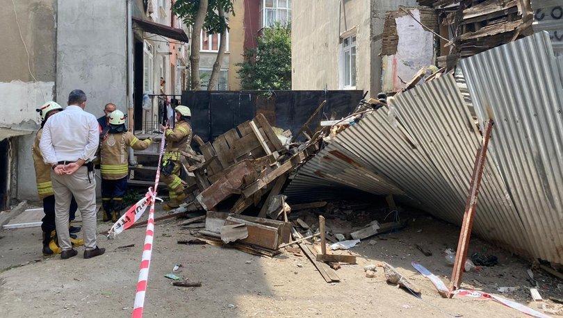 Son dakika haberler... İstanbul'da iki katlı ahşap binada çökme!