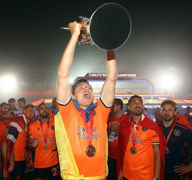 Başakşehir kupayı kaldırdı! Geceye damga vuran görüntüler
