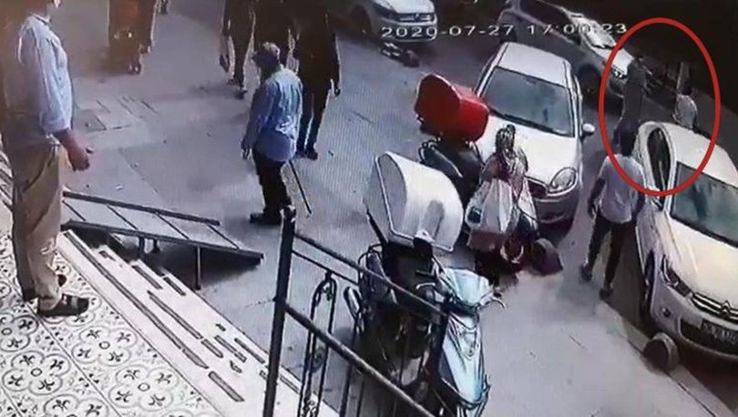 Bu nasıl evlat! Sokakta sopayla dövdü
