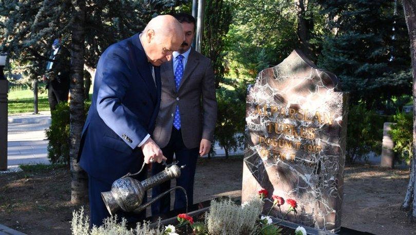 Bahçeli, Alparslan Türkeşin mezarını ziyaret etti - Haberler