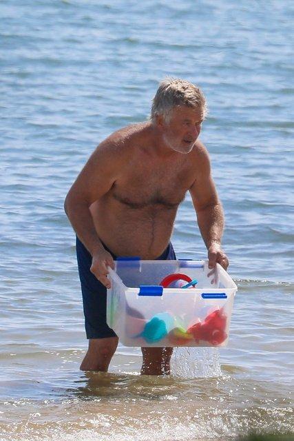 Alec Baldwin denizden oyuncak topladı - Magazin haberleri