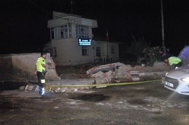 Yağış ve rüzgar beton duvarları yıktı