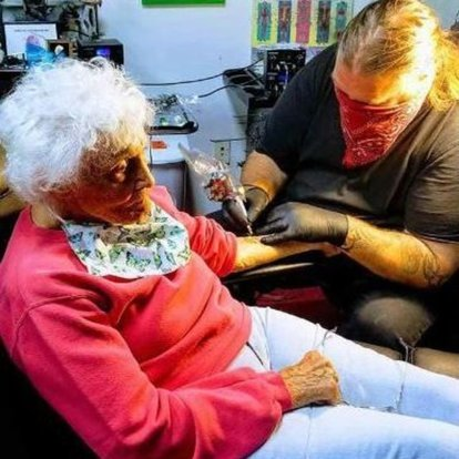 Karantinada kalan 103 yaşındaki kadın soluğu dövmecide aldı