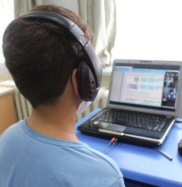 Milyonlarca öğrenci dijital eğitim için bugünden itibaren ekran başına kilitlendi. Yeni eğitim öğretim yılında bilgisayar, tablet ve telefonlar temel eğitim malzemesi haline gelince, dijital dünyada dolaşan 1 milyarı aşkın zararlı yazılıma karşı güvenlik önlemlerini almanın önemi de kritik hale geldi. Peki Türkiye tarihinin en dijital eğitim yılında öğrenci, öğretmen ve veliler hangi dijital önlemleri almalı? İşte riskler ve bunlara karşı yapılması gerekenler...