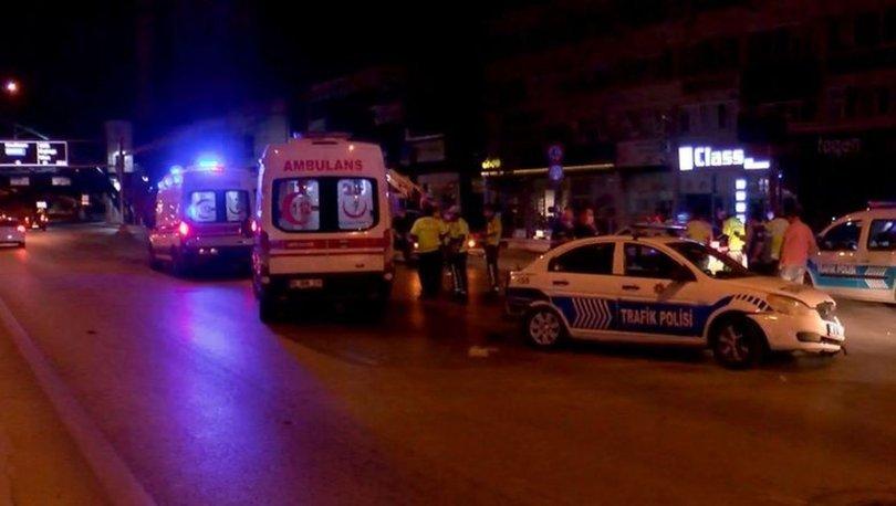 Bir otomobilin sıkıştırdığı polis aracı bariyere çarptı: 2 polis yaralı