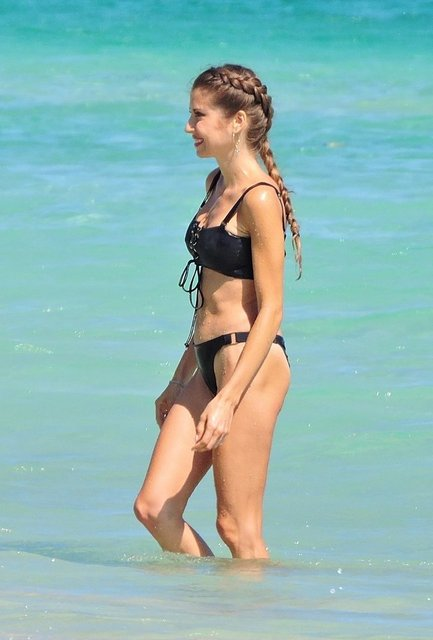 Cathy Hummels plajda bikini değiştirdi - Magazin haberleri