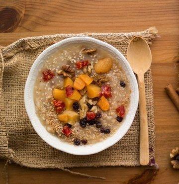 Beslenme ve Diyet Uzmanı Fatma Turanlı, içerisine konulan şeker miktarı çok fazla olmadığı ve aşırı tüketilmediği taktirde aşurenin bağışıklığı güçlendirmeden stresi azaltmaya dek birçok faydası olduğunu belirtti