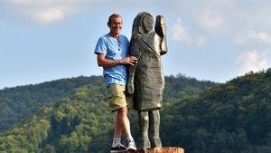 Slovenya'da Melania Trump'ın yakılan ahşap heykelinin yerine yenisi dikildi