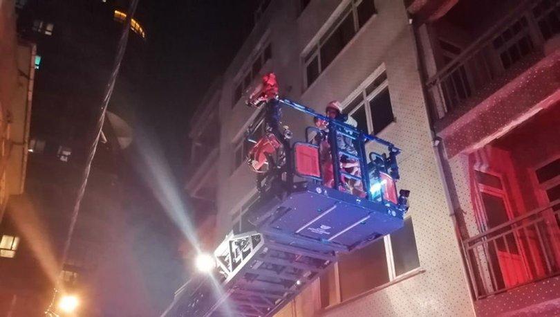 Kadıköy'de 3 katlı binada korkutan yangın