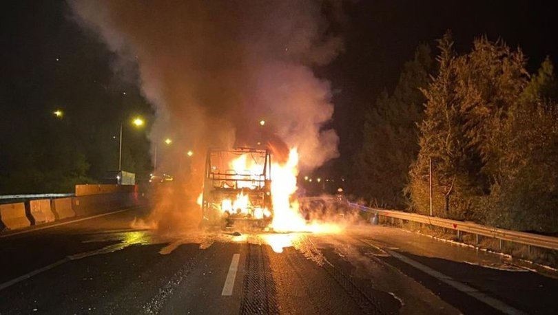Adana'da seyir halindeki yolcu otobüsü alevlere teslim oldu