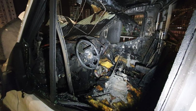 Seyir halindeki mobilya yüklü kamyonet yanarak kül oldu