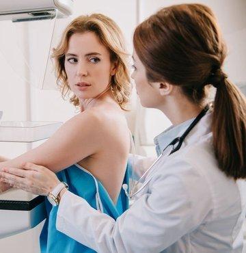 Her 8 kadından birini etkileyen meme kanserinde erken tanı hayat kurtarıyor. Meme kanserinde erken tanı için de yılda bir kez doktora gidilmesi ve mamografi çekilmesinin hayat kurtardığını hatırlatan Radyoloji Uzmanı Dr. Muhittin Mümtaz Özarar, Ekim ayı Meme Kanseri Farkındalık Ayı kapsamında mamografi ile ilgili sık sorulan 10 soruyu şöyle yanıtladı...