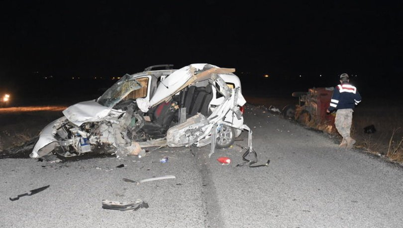 Kars'ta otomobil traktörün römorkuna çarptı! 2 ölü, 2 yaralı