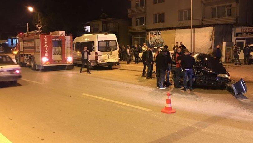 Bilecik'te otomobil park halindeki minibüse çarptı: 1 ölü, 1 yaralı