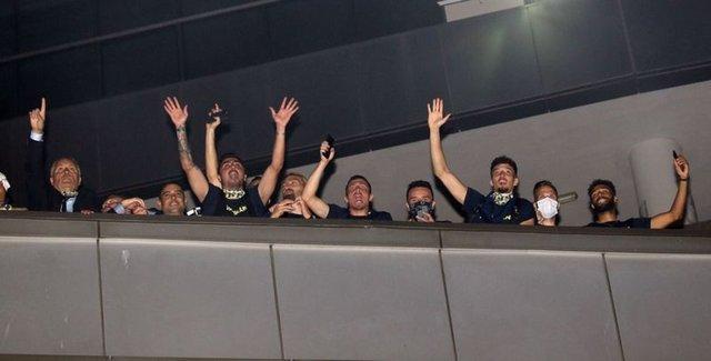Fenerbahçeli futbolcular, Trabzonspor galibiyetini taraftarlarla kutladı