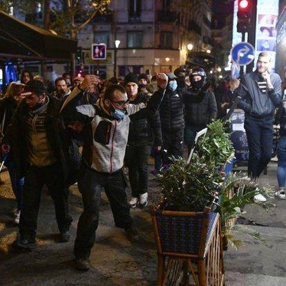 Fransa'da Kovid-19 önlemleri karşıtı gösterilerde olaylar çıktı