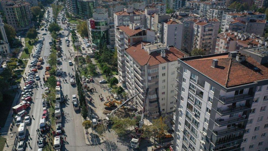 Bornova'da 2 yıllık plazalar niye hasarlı?