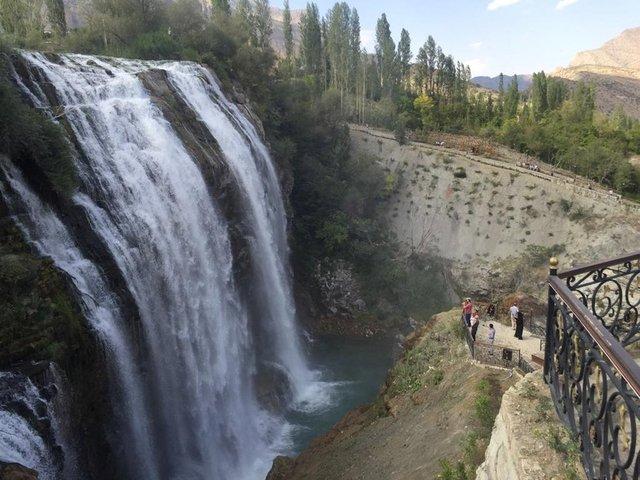 'Türkiye'nin en büyük şelalesi'nde sonbahar güzelliği