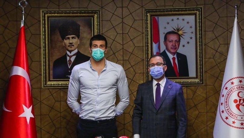 Gençlik ve Spor Bakanı Kasapoğlu, milli yüzücü Emre Sakçı'yı kabul etti