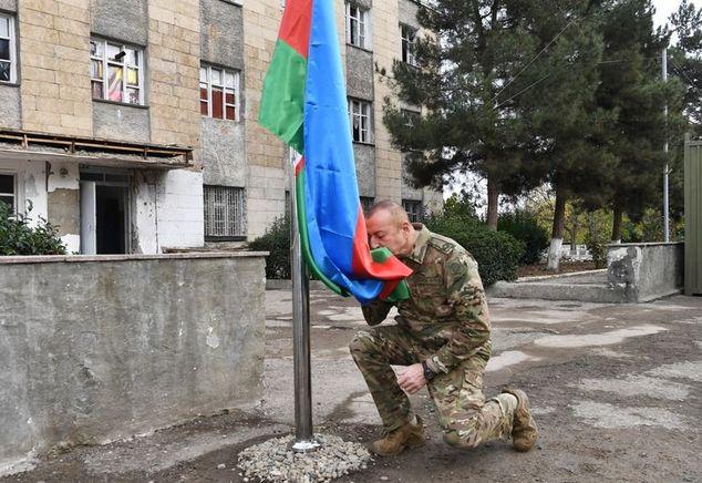 Azerbaycan Cumhurbaşkanı İlham Aliyev işgalden kurtarılan Fuzuli ve Cebyarıl kentlerini ziyaret ederken, bayrağı öptü.