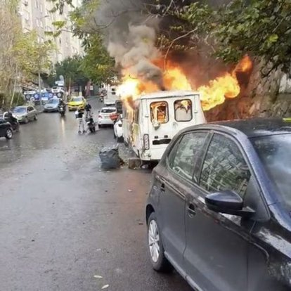 Şişli'de park halindeki iki minibüs alev alev yandı
