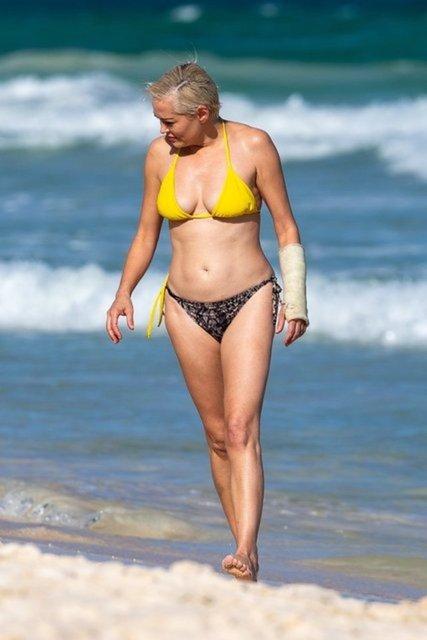Rose McGowan kırık koluyla sahilde - Magazin haberleri