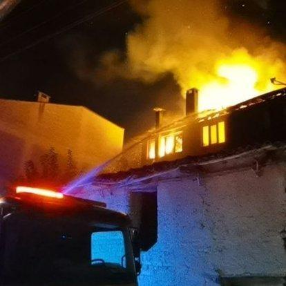 Apartmanın en üst katında yangın çıktı, yatağa bağımlı kadın son anda kurtarıldı