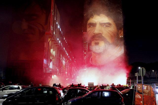 Napoli halkı Maradona için sokağa çıkma yasağını deldiler!