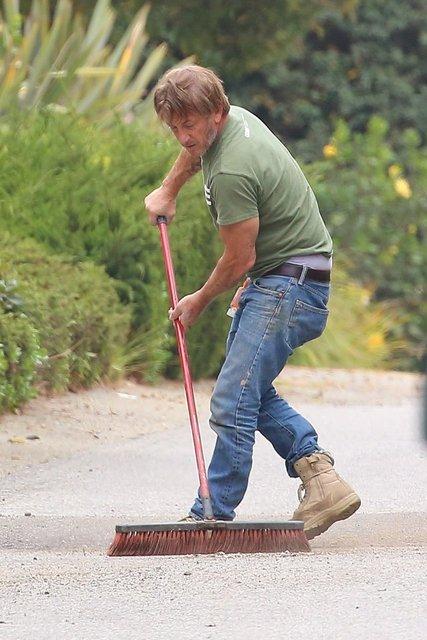 Sean Penn evinin önünde sokağı temizlerken görüntülendi - Magazin haberleri