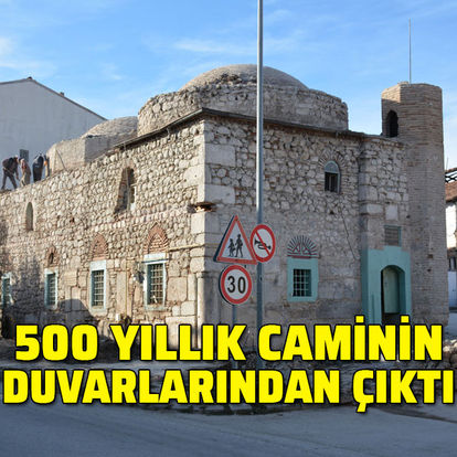 500 yıllık caminin duvarlarından çıktı...
