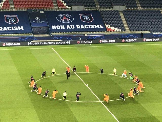 PSG - Başakşehir maçı öncesinde tarihi anlar! Futbolcular diz çöktü ve...