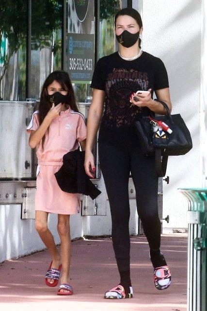 Adriana Lima kızı ile yürüyüşte - Magazin haberleri