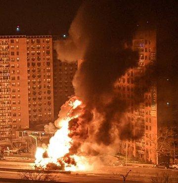 ABD'nin New York kentinde propan tankı taşıyan kamyonun devrilmesi sonucu yangın çıktı
