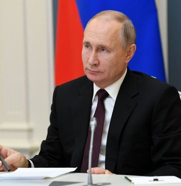Rusya Devlet Başkanı Vladimir Putin, eski devlet başkanlarının ömür boyu senatör olabilmesini öngören yasayı imzaladı. Tasarı, eski devlet başkanları ve ailelerine, görev süreleri bittikten sonra bile haklarında gözaltı, tutuklama, ev araması, cezai ve idari soruşturma açılmasının önünü kapatıyor.