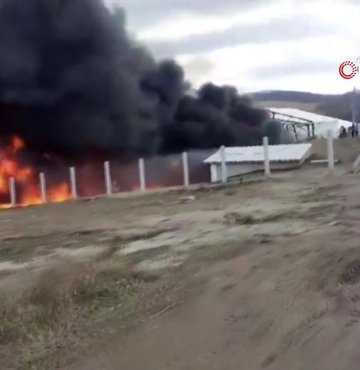 Bosna Hersek'in Hırvatistan sınırına yakın bölgesindeki Lipa göçmen kampında yangın çıktı. Yangın sonucunda göçmenlerin civarda bulunan yerleşim yerlerinde dağıldığı öğrenildi.