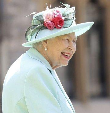 İngiltere Kraliçesi İkinci Elizabeth Noel gününü de kapsayan haftayı bu yıl gelenek olduğu üzere ailesiyle birlikte değil, eşi Prens Philip ile baş başa geçiriyor ve kalabalığa karışmamak için kilisedeki Noel ayinine de katılmıyor.