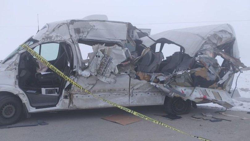 SON DAKİKA: Hakkari-Yüksekova karayolunda FECİ KAZA! Yolcu minibüsü ile TIR çarpıştı! 4 ölü 5 yaralı