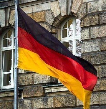 Almanya´da yılbaşı gecesinde Alman ordusuna ait 7 aracın kundaklandığı belirtildi.