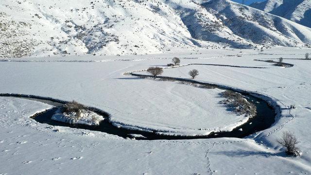 Donan göl ve menderesler görsel şölen sunuyor