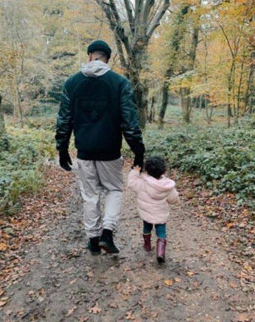 Ashley Banjo yürüyüş yaparken kızını çanta gibi taşıdı - Magazin haberleri