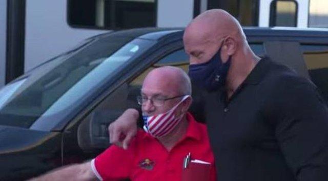Dwayne Johnson eski dostuna araba hediye etti - Magazin haberleri