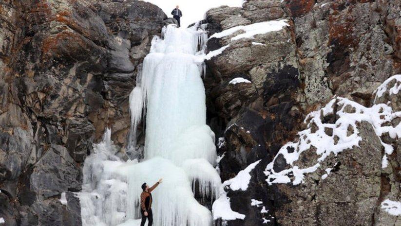 Buz tutan şelale drone ile görüntülendi