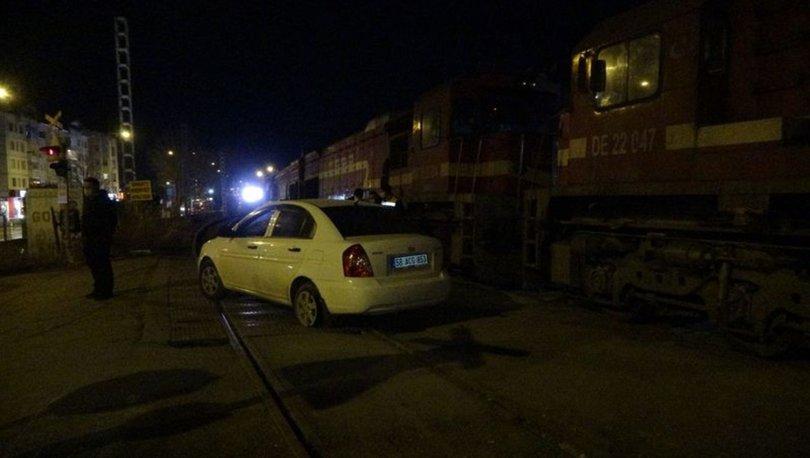 Sivas'ta hemzemin geçitte lokomotif ile otomobil çarpıştı