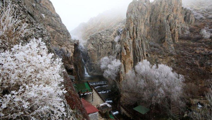 Günpınar Şelalesi'nde sis ve kırağı güzelliği