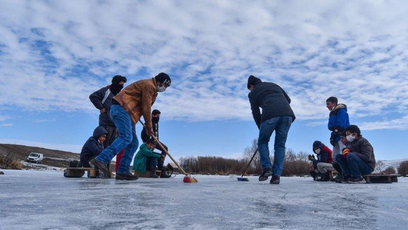 Köylülerin buz tutan Kars Çayı'nda