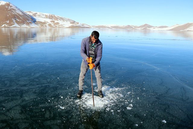 Yüzeyi buz tutan Balık Gölü ziyaretçilerini cezbediyor