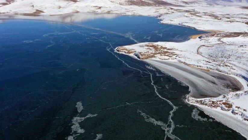 Türkiye'nin en yüksek göllerinden biri... Yüzeyi dondu!
